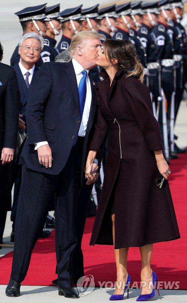 特朗普夫妇抵韩