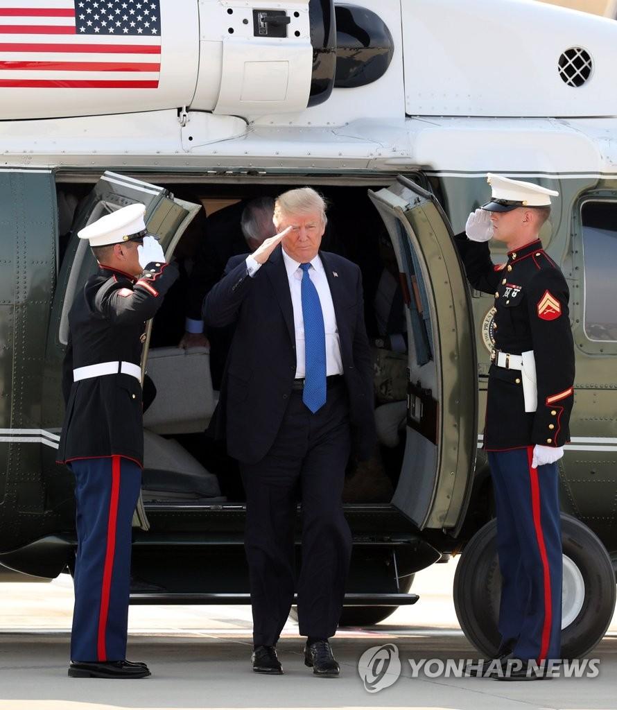 特朗普抵达驻韩美军基地