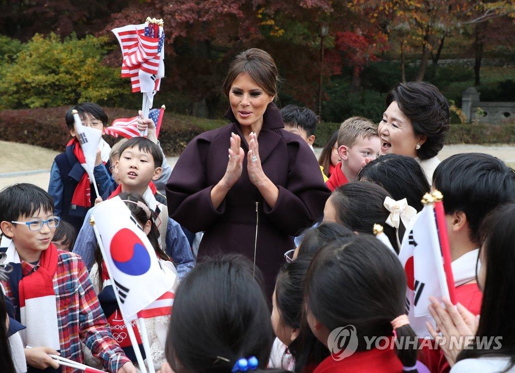 韩美第一夫人与儿童欢迎团交流
