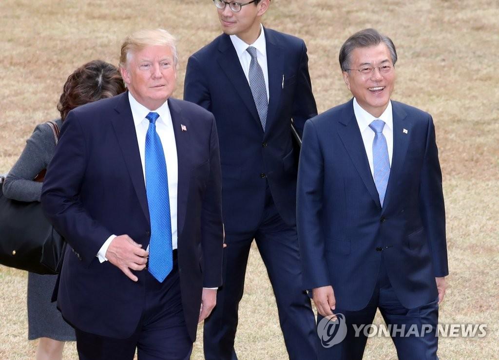 韩美总统散步言欢