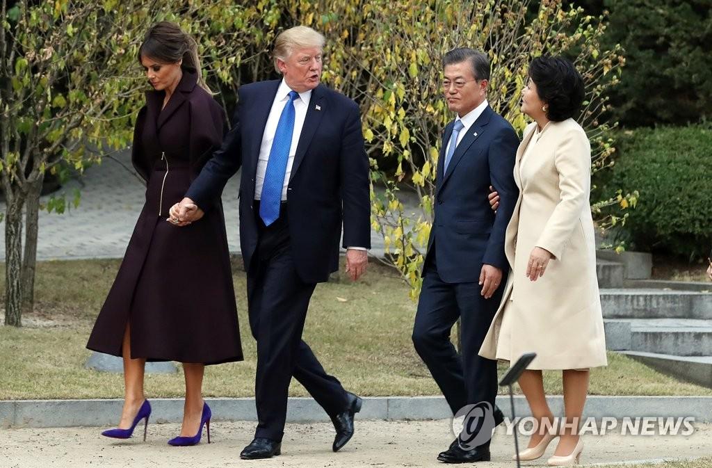 韩美总统伉俪散步交谈