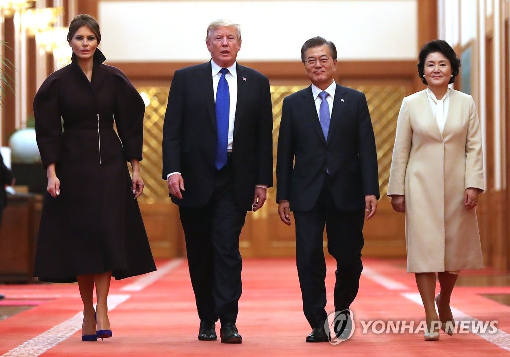 韩美总统伉俪前往记者会场