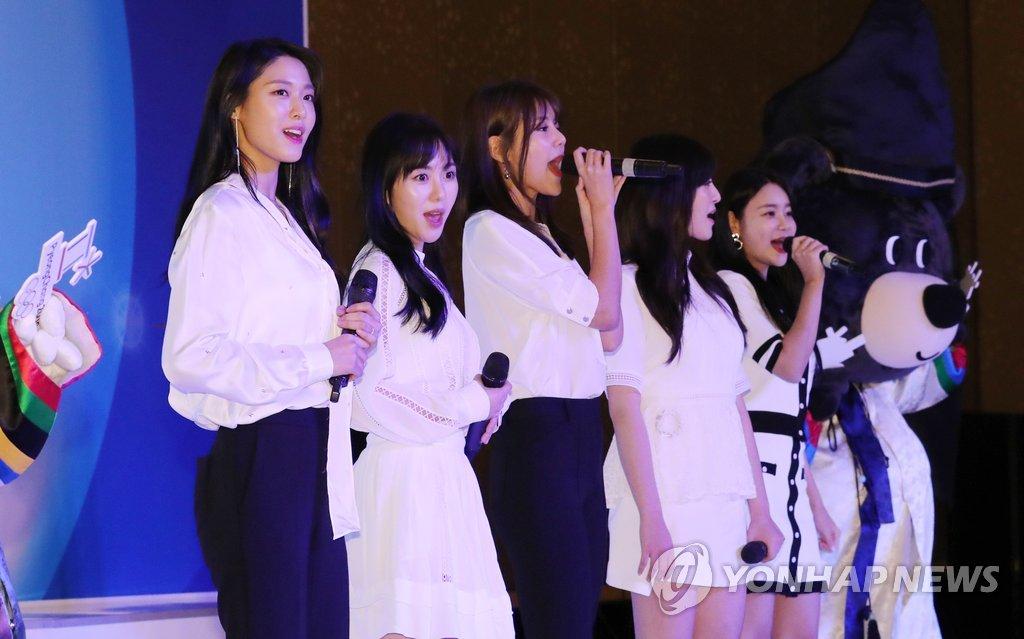 AOA在印尼韩侨座谈会上献唱