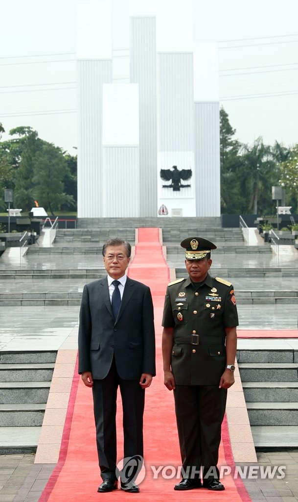 文在寅参谒印尼独立英雄陵墓