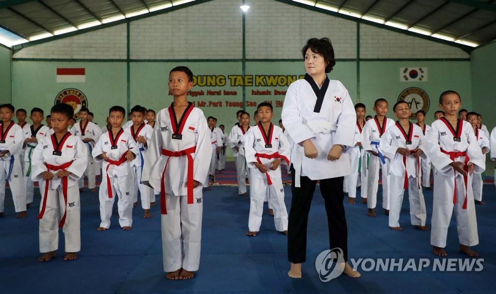 韩第一夫人与印尼学生学跆拳道