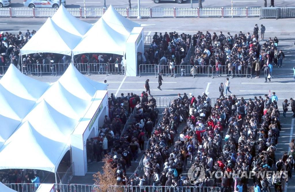 """11月16日,在釜山BEXCO会展中心售票处前,前来参观""""G-STAR 2017""""的访客排长队买票。(韩联社)"""