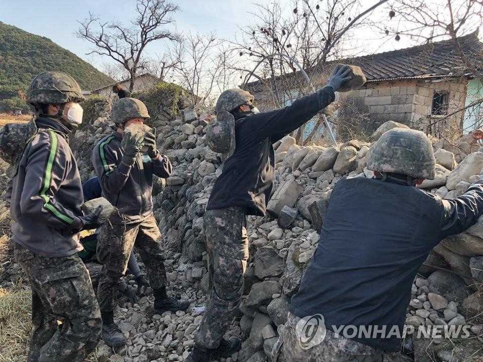 韩军支援浦项地震灾后恢复