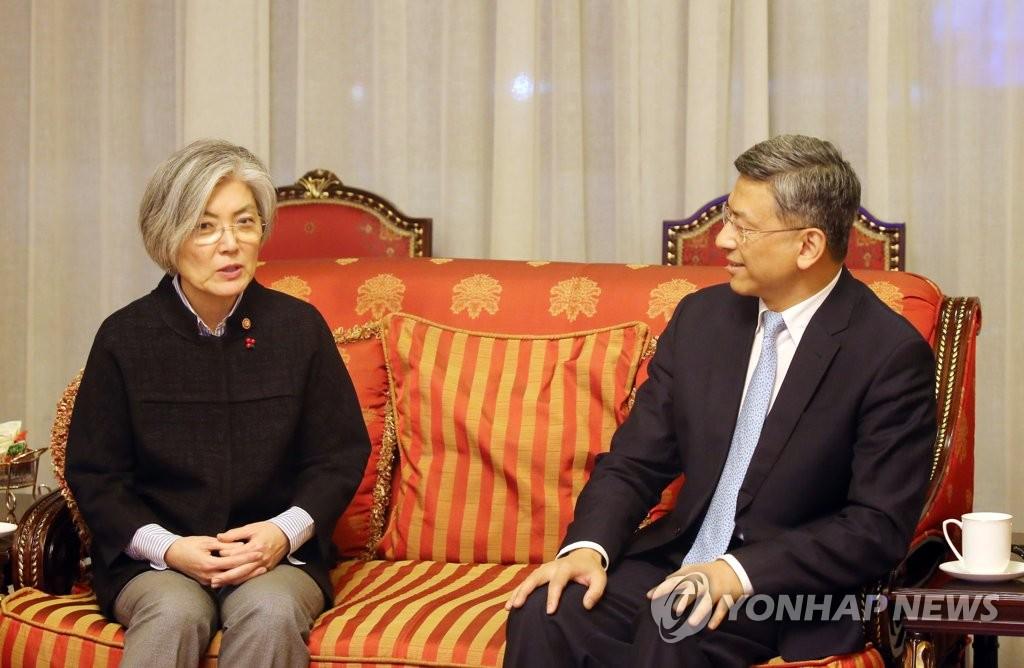 韩外长与中国外交部副司长陈海交谈