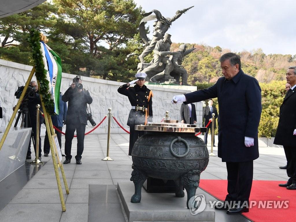 乌兹别克斯坦总统参谒显忠院