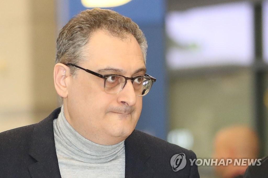 11月26日上午,俄罗斯副外长莫尔古洛夫抵达韩国仁川机场。(韩联社)