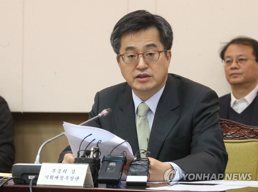 11月29日,在首尔政府办公楼,金东兖在会议上发言。(韩联社)