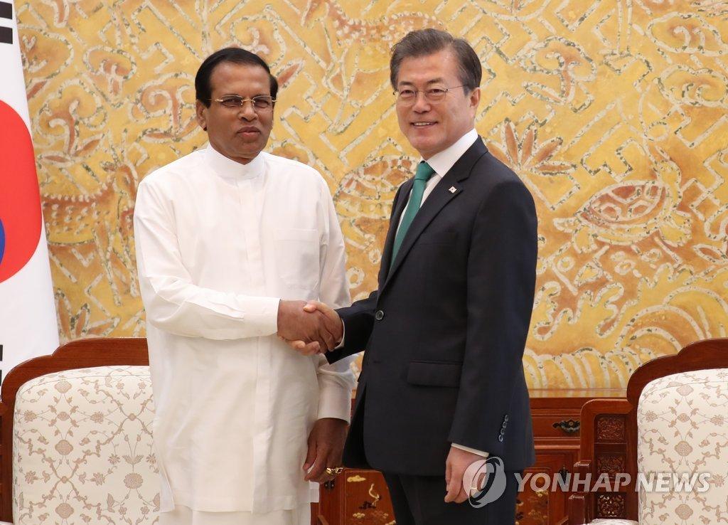 文在寅会见斯里兰卡总统西里塞纳