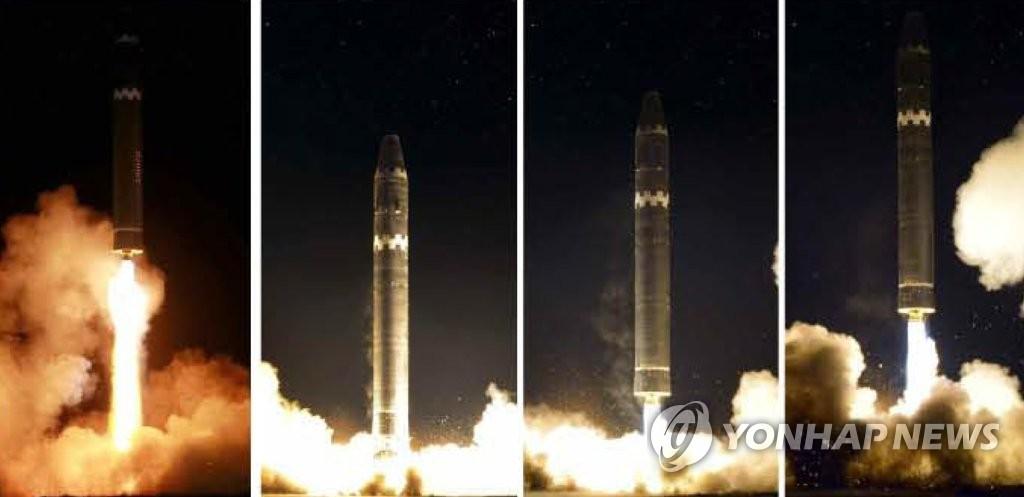 """朝鲜劳动党机关报《劳动新闻》29日公开""""火星-15""""型洲际弹道导弹发射场面。图片仅限韩国国内使用,严禁转载复制。(韩联社/《劳动新闻》)"""