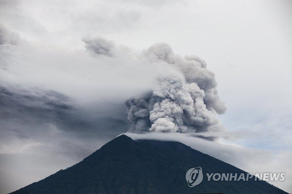 资料图片:当地时间11月29日,阿贡火山不断喷出火山灰和烟雾。(韩联社/欧新社)