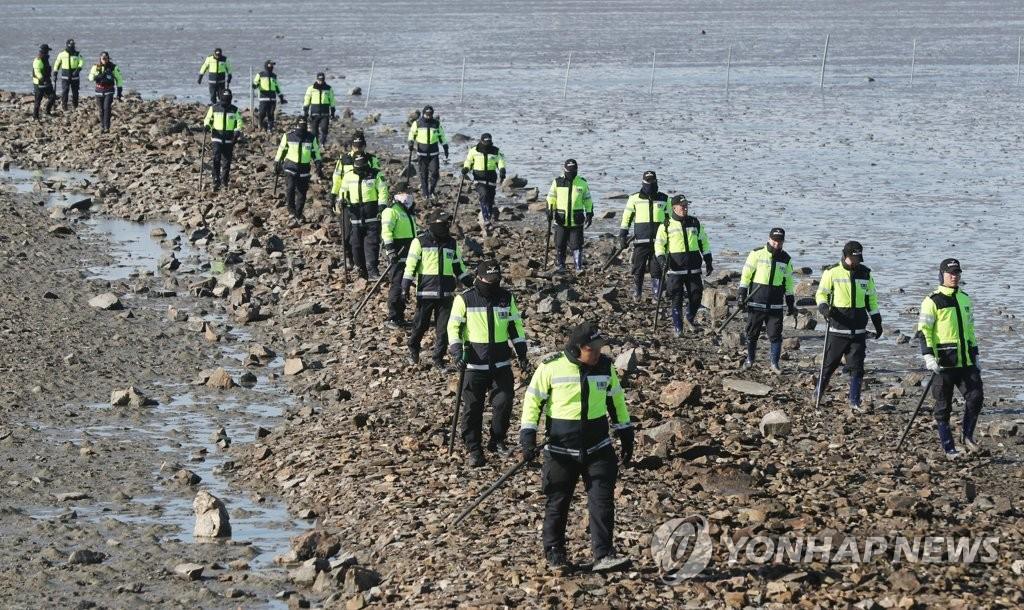 警方搜索翻船事故失踪者