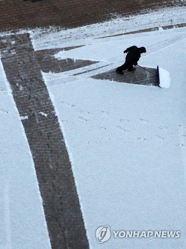 为民服务清扫积雪