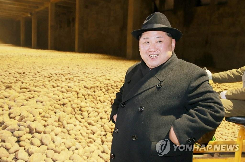 金正恩视察马铃薯粉厂面带微笑