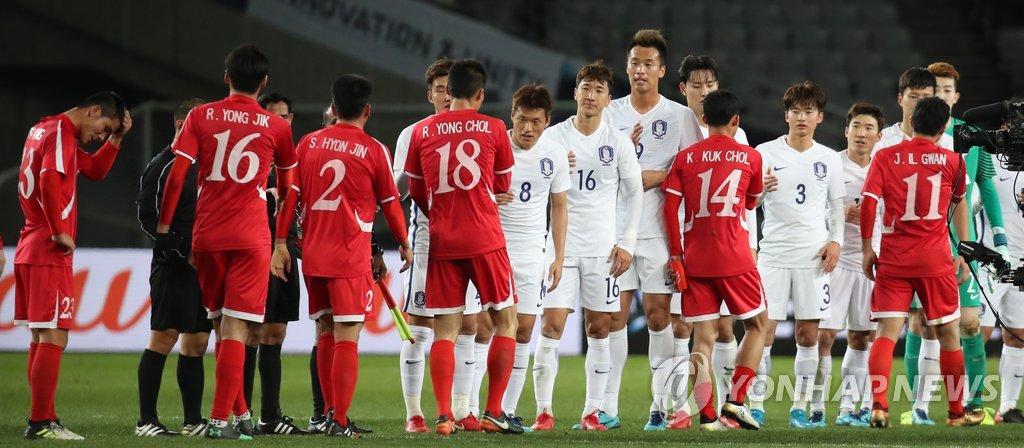 12月11日,在东京体育场举行的东亚杯第二场比赛中,韩国男足(白衣)以1比0战胜朝鲜,取得东亚杯首场胜利。(韩联社)