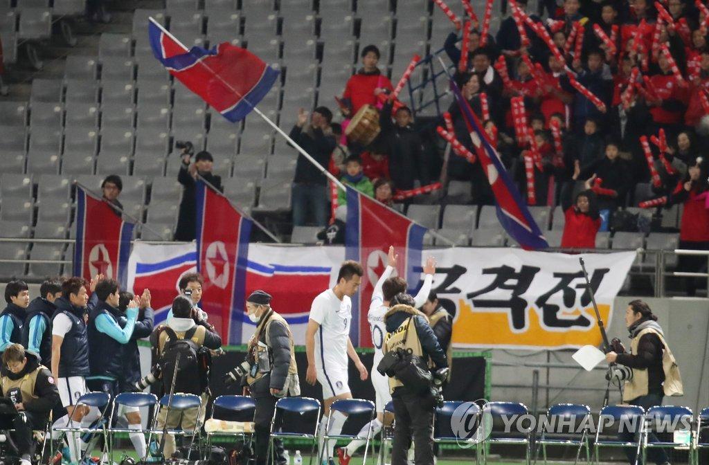 朝拉拉队为韩国队助威