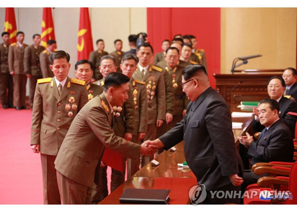 """金正恩表彰朝鲜射弹""""英雄"""""""