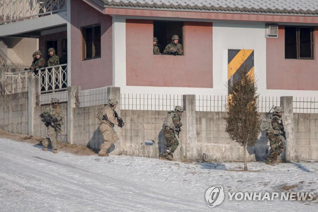 """资料图片:2017年12月17日进行的""""Warrior Strike""""训练现场照。(驻韩美军官方脸谱)"""
