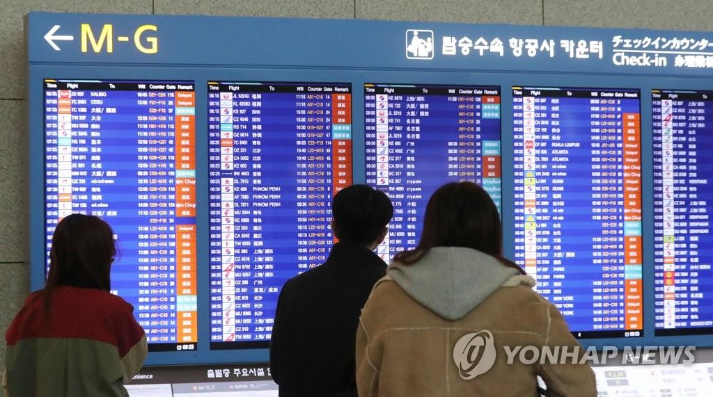 12月24日,仁川机场离境指示牌显示大量航班延误。(韩联社)