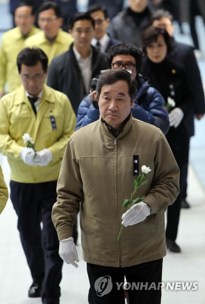 韩总理为堤川火灾遇难者献花