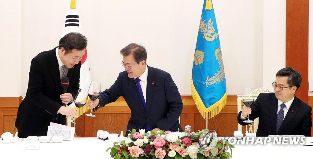 文在寅与韩总理干杯