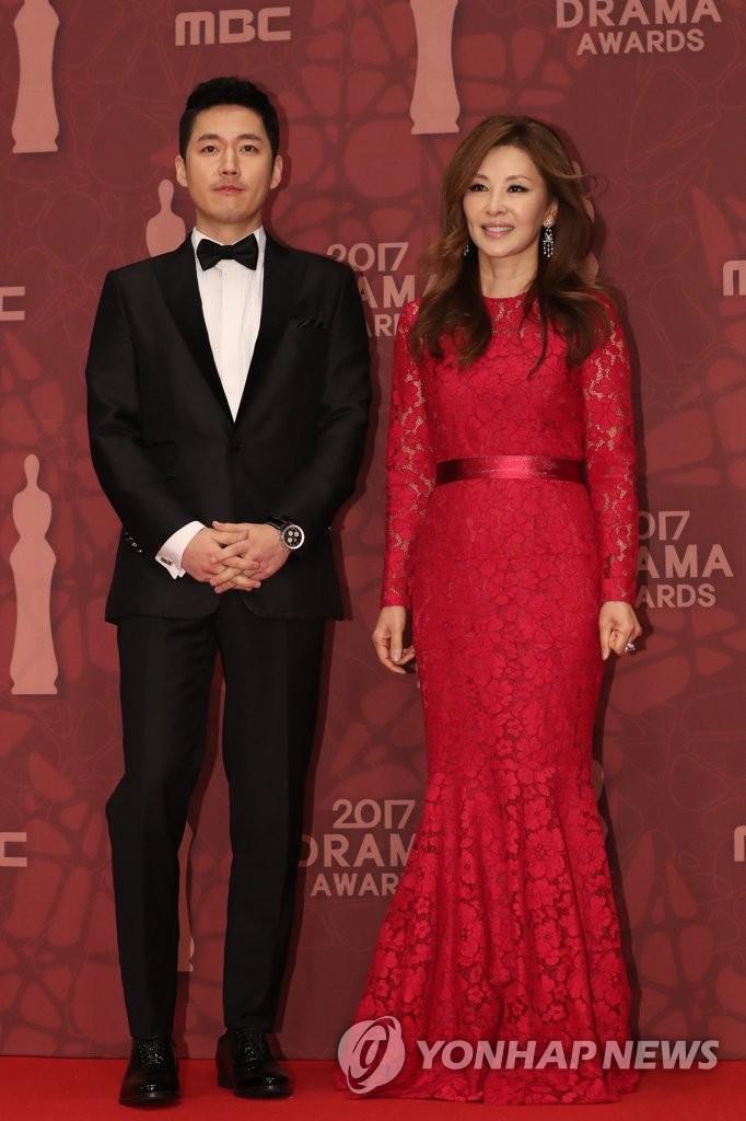 演员张赫和李美淑亮相红毯