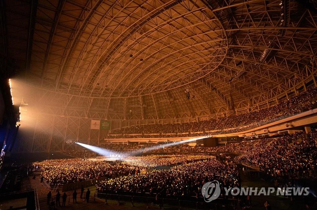 资料图片:2017年12月31日,BIGBANG在首尔高尺巨蛋球场举行演唱会。 韩联社/YG娱乐供图(图片严禁转载复制)
