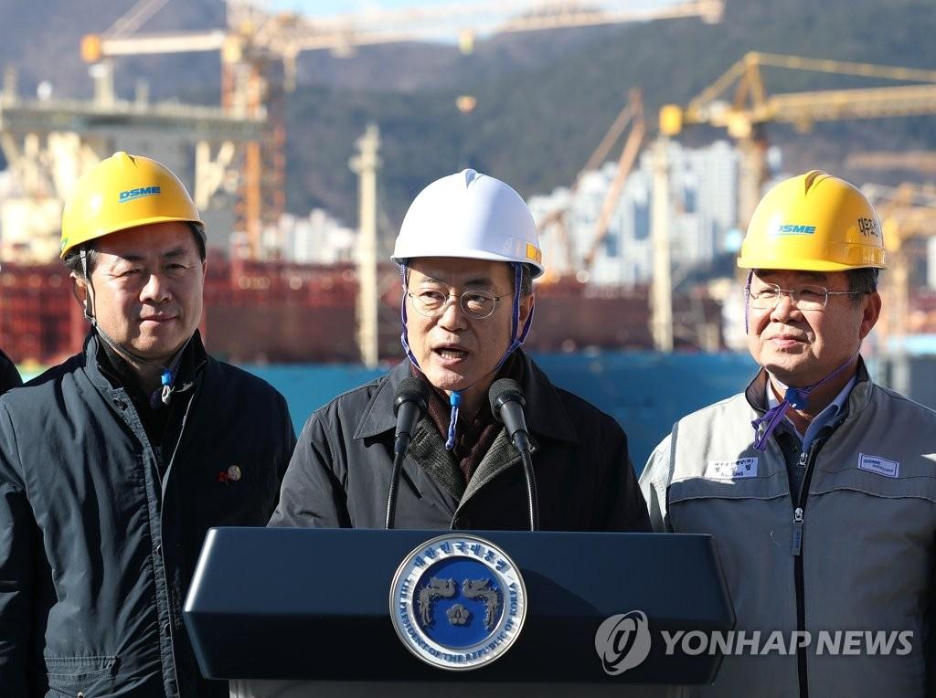 1月3日上午,文在寅在破冰LNG运输船上发表演讲。(韩联社)