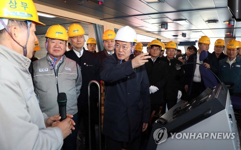 1月3日上午,文在寅参观破冰LNG运输船建造现场,听取相关情况汇报。(韩联社)