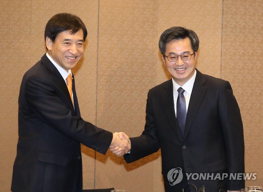 韩财长与央行行长握手