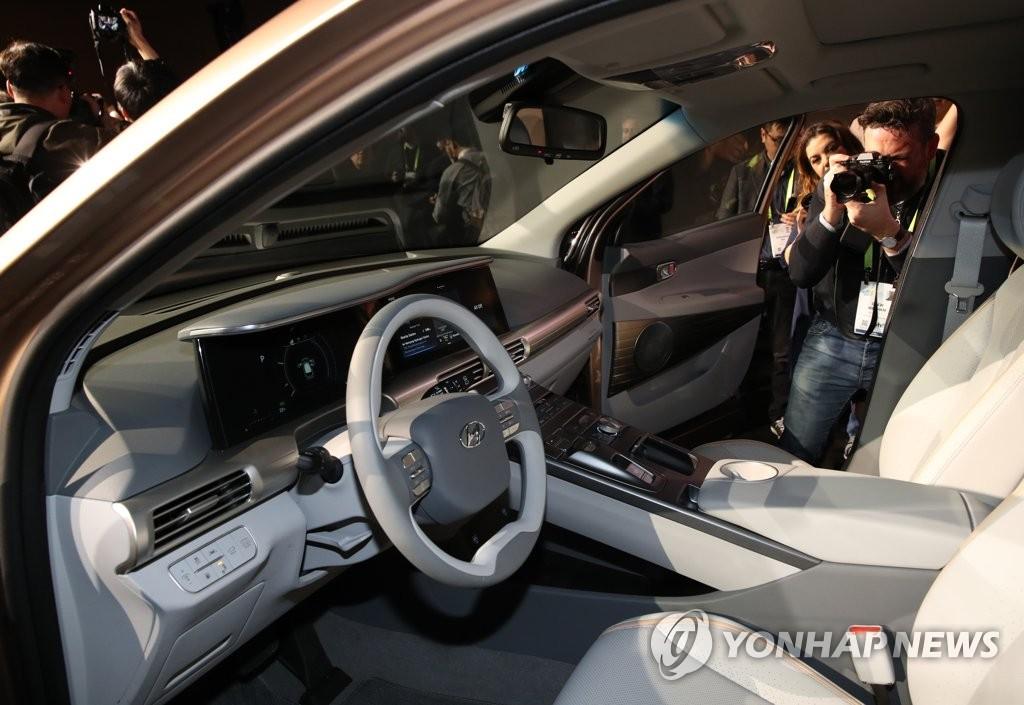 """当地时间1月8日,在美国拉斯维加斯,现代旗下全新燃料电池车型""""NEXO""""首次亮相引大批记者围观。(韩联社)"""