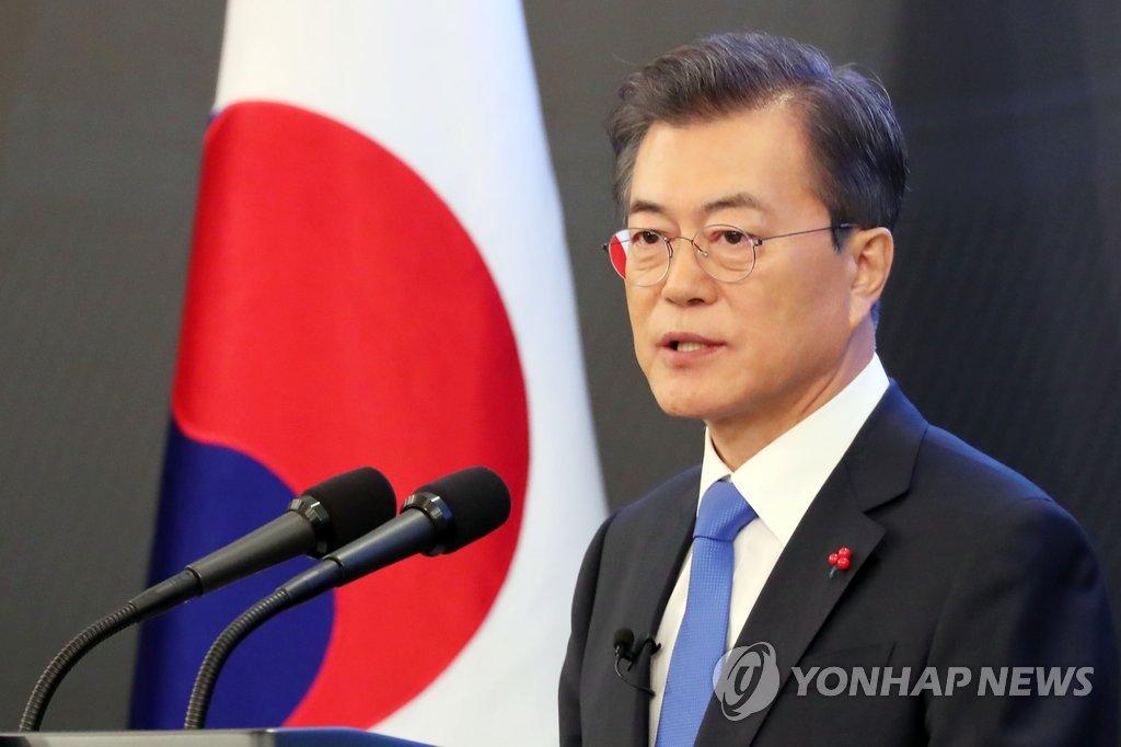 1月10日,在青瓦台,韩国总统文在寅举行新年记者会并回答记者提问。(韩联社)
