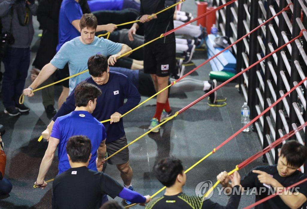 1月10日,在镇川选手村,男子冰球代表队正在训练中。(韩联社)