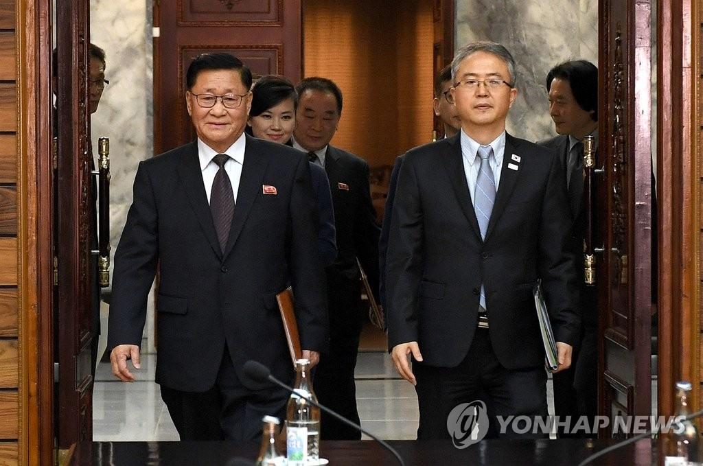 韩朝工作会谈代表团步入会场