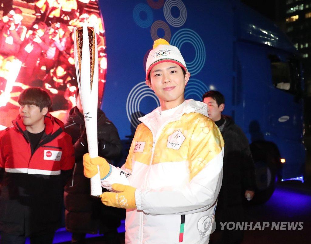 朴宝剑传递奥运圣火