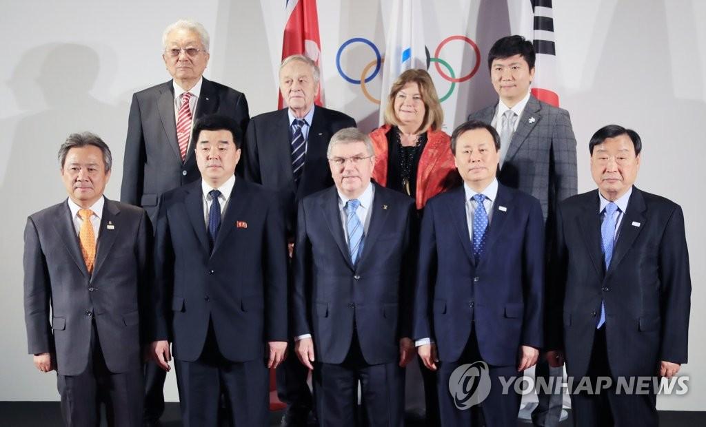 资料图片:当地时间1月20日,在瑞士洛桑国际奥委会总部举行的有关朝鲜参奥的会谈上,朝鲜籍国际奥委会委员张雄(后排左一)、奥委会协调委员会主席林德伯格(后排左二)、韩国籍国际奥委会委员柳承敏(后排左四)等人士合影留念。(韩联社)