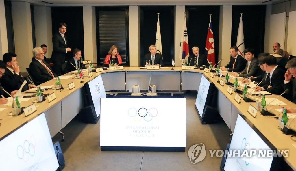 资料图片:当地时间2018年1月20日,在洛桑奥林匹克博物馆,国际奥委会(IOC)主席巴赫主持韩朝与国际奥委会有关朝鲜参奥的会谈。(韩联社)
