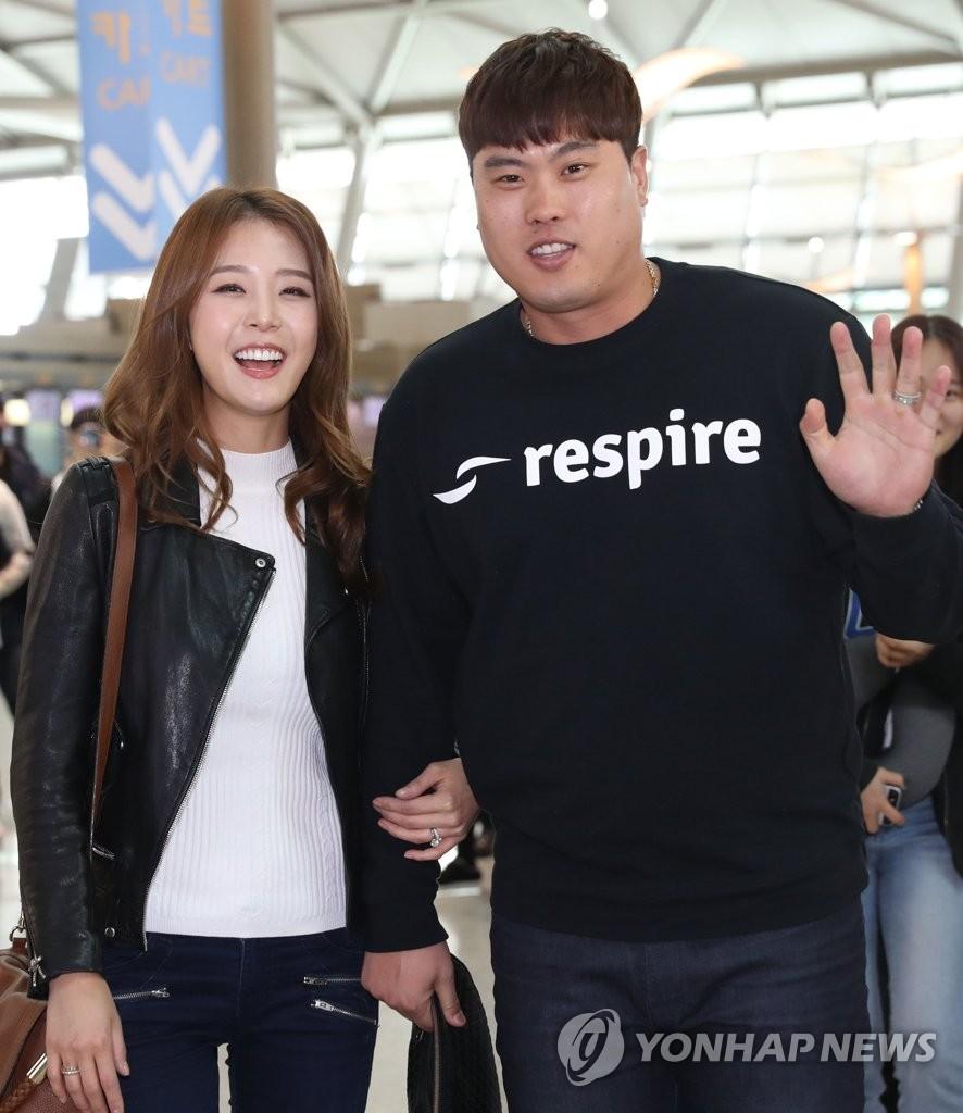 韩棒球名将柳贤振夫妇现身机场
