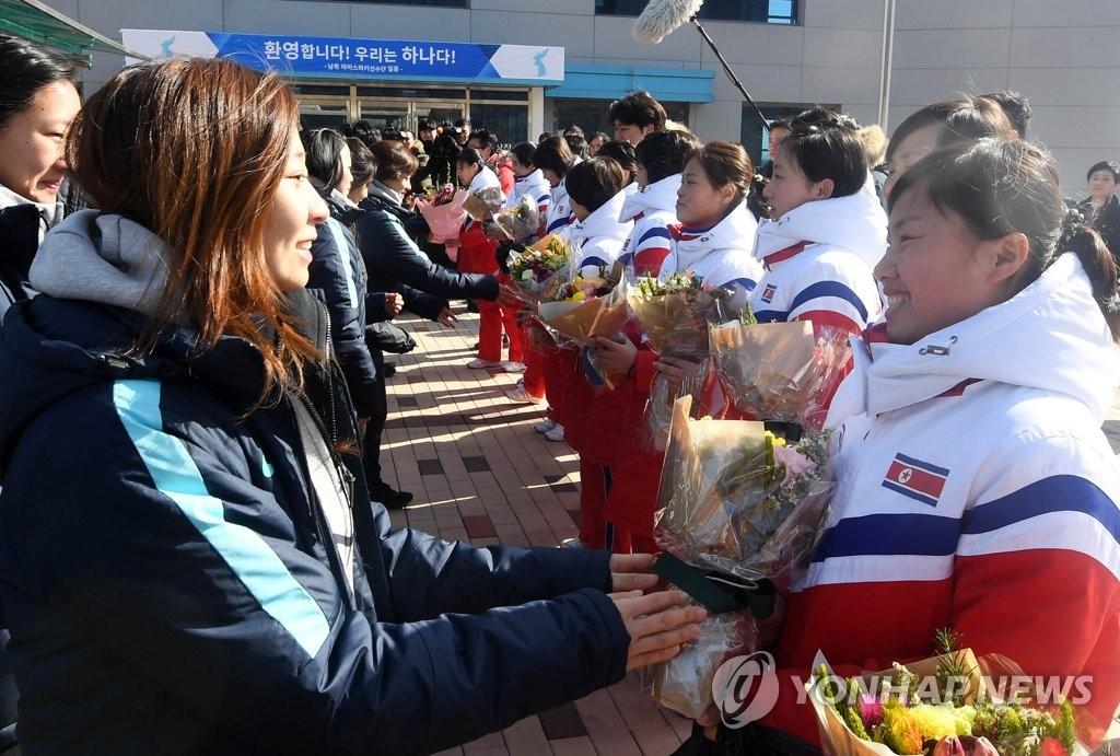 韩朝女子冰球队会师