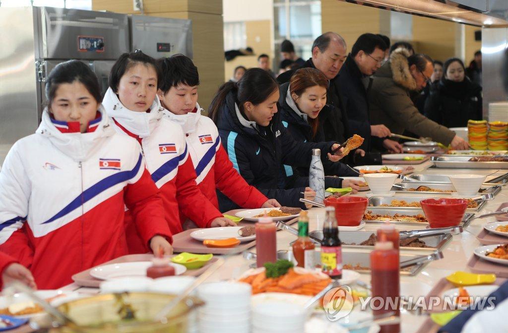 韩朝冰球选手一起取餐