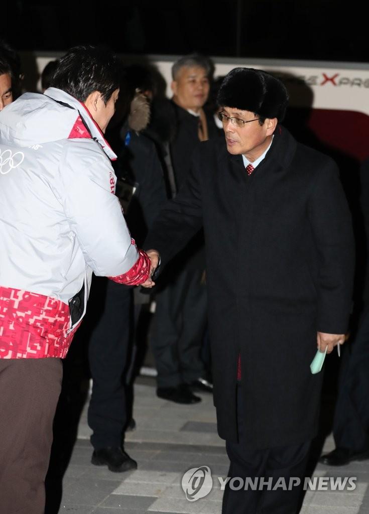朝鲜冬奥先遣队访问关东冰球中心