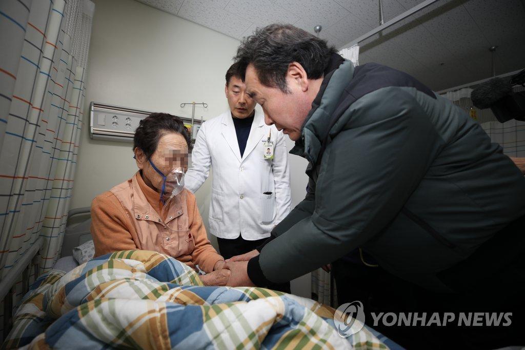 韩总理慰问密阳医院火灾伤者