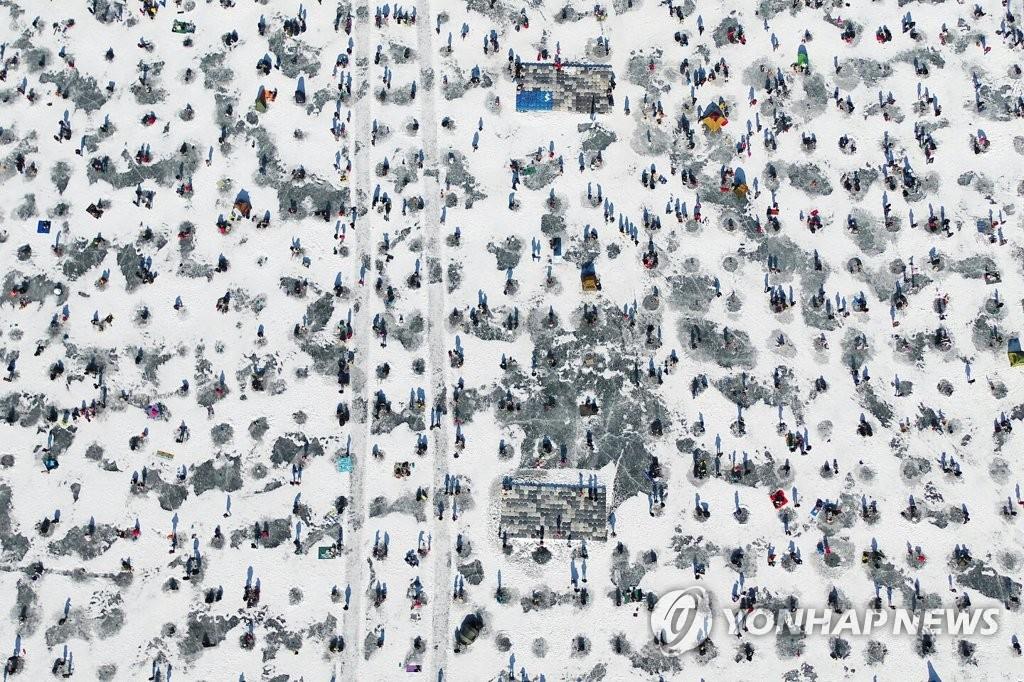 资料图片:麟蹄冰鱼节现场照(韩联社)