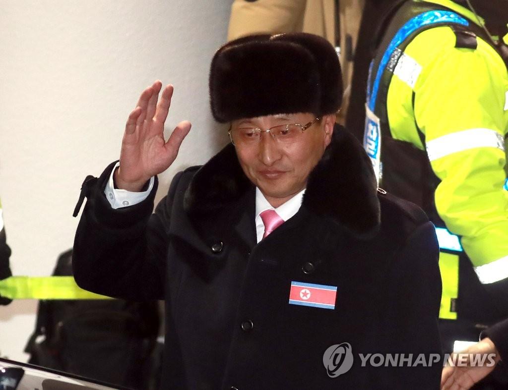 朝鲜体育代表团团长挥手致意