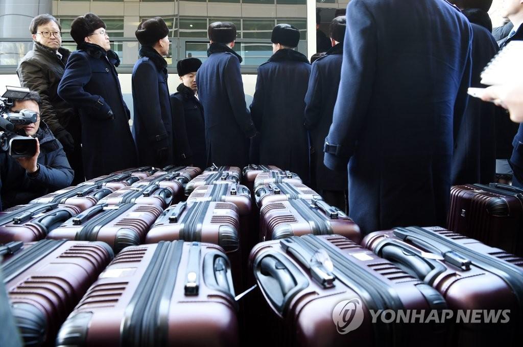 2月23日,朝鲜艺术团先遣队通过陆路访问韩国。(韩联社/联合采访团)