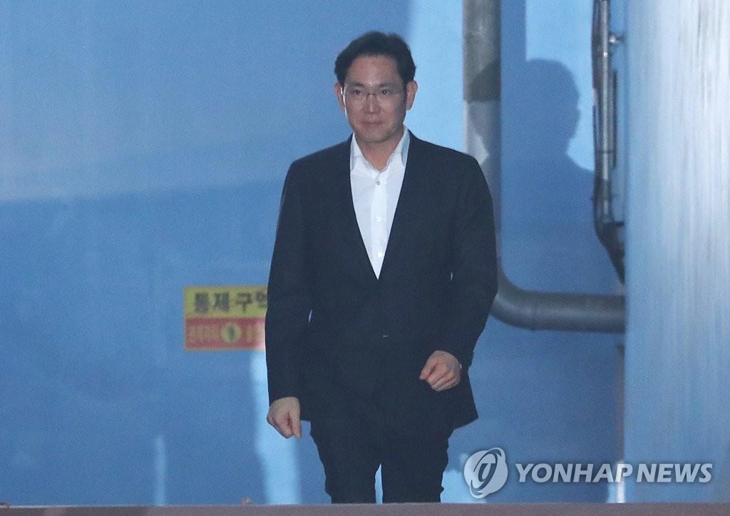 2月5日,在首尔高等法院,李在镕获释后走出法院。(韩联社)