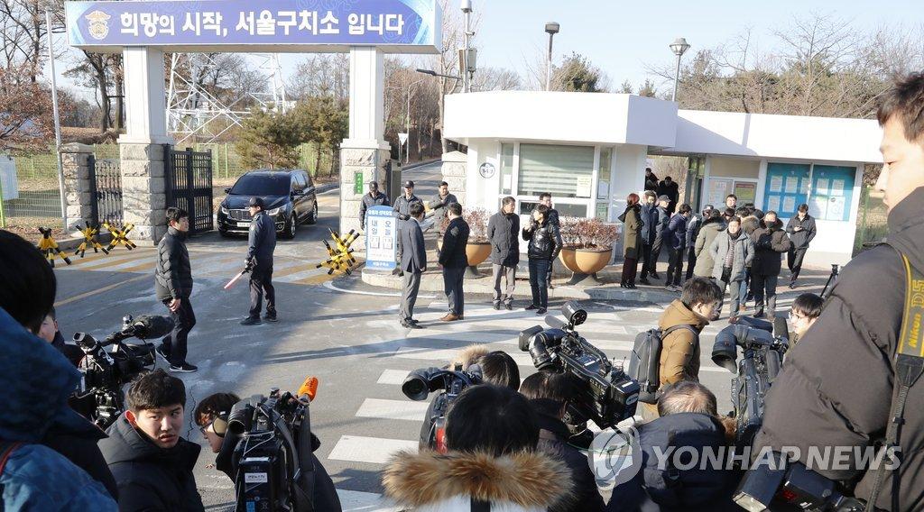 2月5日,在首尔看守所前,大批媒体记者正等待李在镕获释。(韩联社)